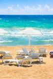 Sonnenschirme und Sonnenruhesessel auf Strand Ionisches Meer, Peloponnes, Griechenland Stockfotos