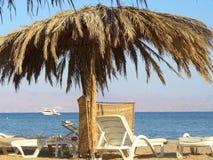 Sonnenschutz auf einem Strand Stockbild