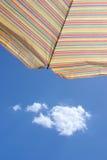 Sonnenschutz gegen blauen Sommerhimmel Stockbild