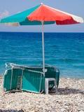 Sonnenschutz mit Klappstuhl lizenzfreie stockbilder