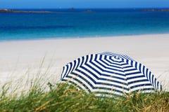 Sonnenschutz am Sommerstrand Stockbild