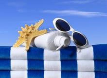 Sonnenschutzmittel-Badetuch-Sonnenbrille Lizenzfreie Stockfotografie