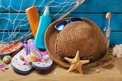 Sonnenschutzstillleben auf dem Strand Lizenzfreies Stockfoto