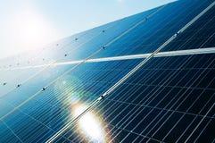 Sonnenstrahl, der über photo-voltaisches Gremium der Solarenergie nachdenkt Lizenzfreies Stockbild