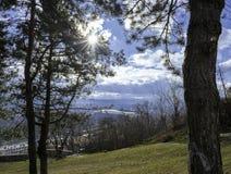 Sonnenstrahl, der durch Brüche mit weißen Wolken im Hintergrund überschreitet lizenzfreie stockbilder