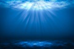 Sonnenstrahlabstrakte Unterwasserhintergründe im Meer Stockfoto