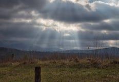 Sonnenstrahlen über einem rauchigen Gebirgstal Lizenzfreie Stockfotografie
