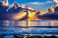 Sonnenstrahlen auf dem Horizont - schaukelt auf das Ufer stockfotografie