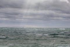 Sonnenstrahlen auf einem stürmischen Ozean Stockfotografie