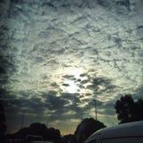 Sonnenstrahlen, die durch Wolken brechen Stockbild