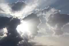 Sonnenstrahlen in die Wolken stockfoto