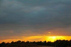 Sonnenstrahlen durch dunkle Wolken Lizenzfreies Stockbild