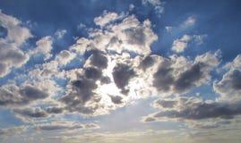 Sonnenstrahlen in einem bewölkten Himmel Stockbilder