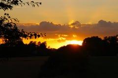 Sonnenstrahlen am Himmel Stockfoto
