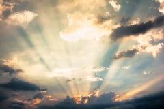Sonnenstrahlen und Wolken Stockbild