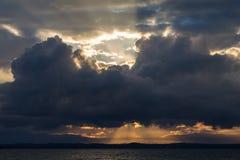 Sonnenstrahlen und Wolken stockfotos
