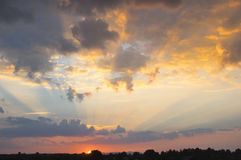 Sonnenstrahlstrahlnlicht über dem Himmel Stockbild
