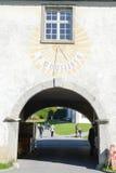 Sonnenuhr über dem Eingang zum Kloster in Engelberg Lizenzfreie Stockbilder