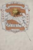 Sonnenuhr auf der Wand des Palastes des Großherzogs in Vilnius, Litauen Lizenzfreie Stockfotografie