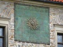 Sonnenuhr am historischen Schloss bouzov lizenzfreies stockfoto