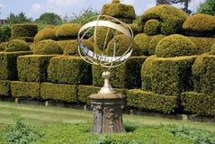 Sonnenuhr u. Topiary, Hever-Schloss, Kent, England Stockfoto