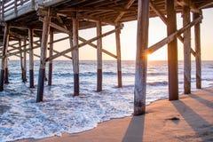 Sonnenuntergänge auf dem Pier Stockfotos