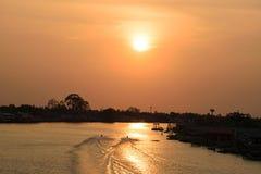 Sonnenuntergänge an der Parkkred-Flussansicht von der Brücke Stockfotografie