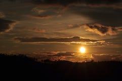 Sonnenuntergänge, Himmel glättend Goldener Himmel Goldene Wolke Sonnenuntergang mit goldenem gelbem Himmel Die letzte Stunde am e Stockfoto