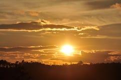Sonnenuntergänge, Himmel glättend Goldener Himmel Goldene Wolke Sonnenuntergang mit goldenem gelbem Himmel Die letzte Stunde am e Lizenzfreies Stockfoto
