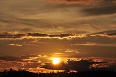 Sonnenuntergänge, Himmel glättend Goldener Himmel Goldene Wolke Sonnenuntergang mit goldenem gelbem Himmel Die letzte Stunde am e Stockfotos