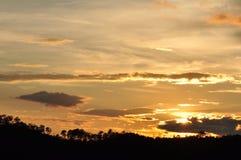 Sonnenuntergänge, Himmel glättend Goldener Himmel Goldene Wolke Sonnenuntergang mit goldenem gelbem Himmel Die letzte Stunde am e Stockbilder