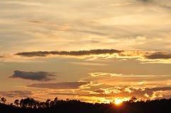 Sonnenuntergänge, Himmel glättend Goldener Himmel Goldene Wolke Sonnenuntergang mit goldenem gelbem Himmel Die letzte Stunde am e Stockfotografie
