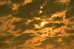 Sonnenuntergänge, Himmel glättend Goldener Himmel Goldene Wolke Sonnenuntergang mit goldenem gelbem Himmel Die letzte Stunde am e Lizenzfreie Stockfotos
