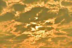 Sonnenuntergänge, Himmel glättend Goldener Himmel Goldene Wolke Sonnenuntergang mit goldenem gelbem Himmel Die letzte Stunde am e Stockbild