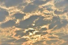 Sonnenuntergänge, Himmel glättend Goldener Himmel Goldene Wolke Sonnenuntergang mit goldenem gelbem Himmel Die letzte Stunde am e Lizenzfreies Stockbild