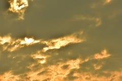 Sonnenuntergänge, Himmel glättend Goldener Himmel Goldene Wolke Sonnenuntergang mit goldenem gelbem Himmel Die letzte Stunde am e Lizenzfreie Stockfotografie