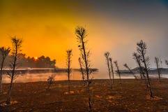Sonnenuntergänge im alten Thailand viallage Lizenzfreie Stockbilder