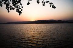 Sonnenuntergänge sonnen hellorangeen Farbberg lizenzfreies stockbild