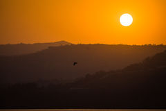 Sonnenuntergänge sonnen hellorangeen Farbberg lizenzfreies stockfoto