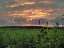 Sonnenuntergang über Ackerland Lizenzfreies Stockbild