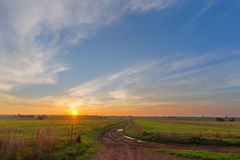 Sonnenuntergang über Ackerland Stockfotografie