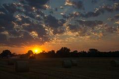 Sonnenuntergang über Ackerland, Deutschland Stockfotografie