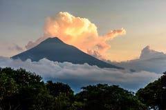 Sonnenuntergang über Aguavulkan lizenzfreie stockbilder