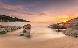Sonnenuntergang über Algajola-Strand in Korsika Lizenzfreie Stockfotos