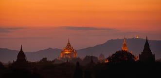 Sonnenuntergang über alten buddhistischen Tempeln bei Bagan, Myanmar (Birma) Lizenzfreies Stockfoto