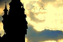 Sonnenuntergang über alter Kirche Lizenzfreie Stockbilder