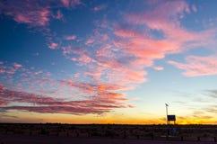 Sonnenuntergang über australischer Wüste Stockbilder