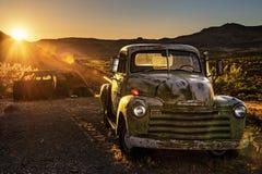 Sonnenuntergang über Auto ruiniert in der Mojavewüste auf historischem Weg 66 lizenzfreie stockfotos