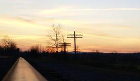 Sonnenuntergang über Bahngleisen stockbilder