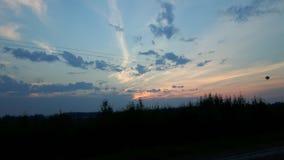 Sonnenuntergang über Bauernhof-Feldern Stockfoto